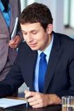 привлекательные документы бизнесмена прочитали некоторых детенышей Стоковое Изображение RF
