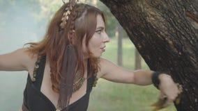 Привлекательные дриады или феи леса приходя вне от заднего ствола дерева и танцуя в красивых костюмах в облаке  акции видеоматериалы