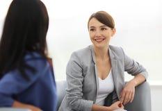 Привлекательные женские друзья беседуя во время офиса ломают Стоковые Изображения RF