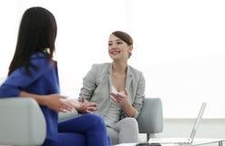 Привлекательные женские друзья беседуя во время офиса ломают Стоковые Фотографии RF