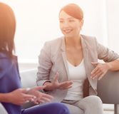Привлекательные женские друзья беседуя во время офиса ломают Стоковое Фото