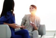 Привлекательные женские друзья беседуя во время офиса ломают Стоковое Изображение RF