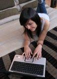 привлекательные женщины работая детеныши Стоковые Изображения