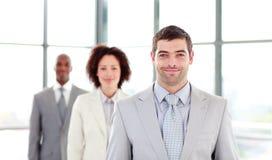 привлекательные коллегаы бизнесмена его ведение стоковое фото rf