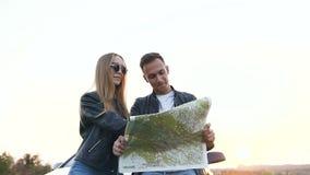Привлекательные молодой человек и женщина используя карту во время отключения на cabriolet акции видеоматериалы