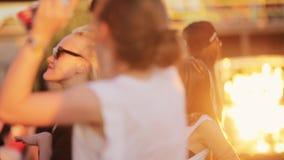 Привлекательные молодые кавказские девушки активно танцуют в под открытым небом толпить партии пляжа видеоматериал