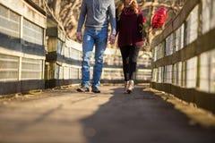 Привлекательные молодые пары идя к телезрителю Стоковая Фотография
