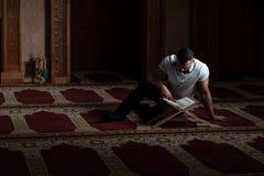 Привлекательные мусульмане Гай читая Koran стоковое фото