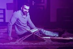 Привлекательные мусульмане Гай читая Koran стоковая фотография