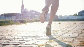 Привлекательные начала молодой женщины мулата идя вперед на высокие пятки и танцевать начал акции видеоматериалы