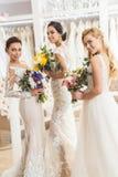 Привлекательные невесты держа букеты Стоковое Фото