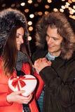 Привлекательные пары в любов наслаждаясь интимным моментом стоковое изображение rf