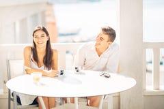 Привлекательные пары имея первую дату Свидание с незнакомым человеком Кофе с другом Усмехаясь счастливые люди имея кофе, датируя стоковые фотографии rf