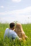 привлекательные пары наслаждаясь единением лужка Стоковое Изображение