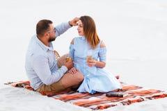 Привлекательные пары сидя совместно, смотрящ один другого, счастливый co Стоковое Изображение