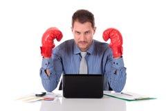 привлекательные перчатки кавказца бизнесмена бокса Стоковые Изображения RF