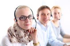 Привлекательные положительные молодые предприниматели и коллеги в офисе центра телефонного обслуживания предприниматели Стоковые Изображения RF