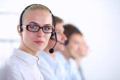Привлекательные положительные молодые предприниматели и коллеги в офисе центра телефонного обслуживания предприниматели Стоковая Фотография