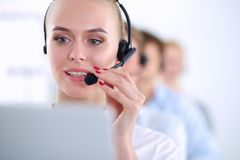Привлекательные положительные молодые предприниматели и коллеги в офисе центра телефонного обслуживания предприниматели Стоковые Фото