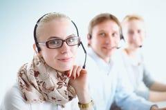 Привлекательные положительные молодые предприниматели и коллеги в офисе центра телефонного обслуживания предприниматели Стоковое Изображение RF