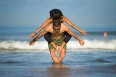 Привлекательные портрета образа жизни Outdoors молодые и сконцентрированные пары акробатов йоги практикуя баланс и раздумье acroy стоковая фотография