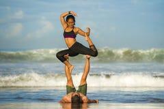 Привлекательные портрета образа жизни Outdoors молодые и сконцентрированные пары акробатов йоги практикуя баланс и раздумье acroy стоковые фото