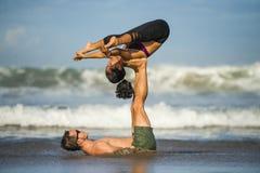 Привлекательные портрета образа жизни Outdoors молодые и сконцентрированные пары акробатов йоги практикуя баланс и раздумье acroy стоковые изображения