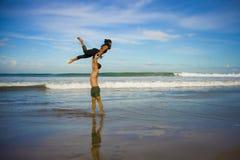 Привлекательные портрета образа жизни Outdoors молодые и сконцентрированные пары акробатов йоги практикуя баланс и раздумье acroy стоковое изображение