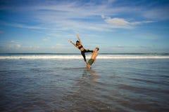 Привлекательные портрета образа жизни Outdoors молодые и сконцентрированные пары акробатов йоги практикуя баланс и раздумье acroy стоковое изображение rf