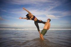 Привлекательные портрета образа жизни Outdoors молодые и сконцентрированные пары акробатов йоги практикуя баланс и раздумье acroy стоковое фото
