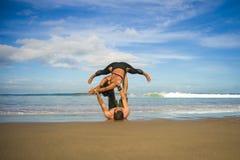 Привлекательные портрета образа жизни Outdoors молодые и сконцентрированные пары акробатов йоги практикуя баланс и раздумье acroy стоковое фото rf