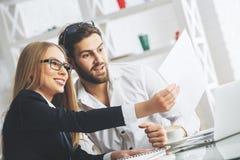 Привлекательные предприниматели делая обработку документов Стоковая Фотография RF