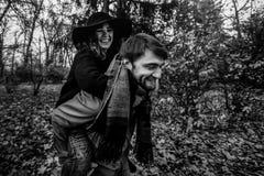 Привлекательные счастливые роскошные пары имея потеху и смеясь над в осени Стоковое Фото