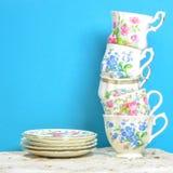 Привлекательные точные чашки чая фарфора косточки на голубой предпосылке Стоковая Фотография RF