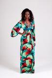 привлекательные цветастые детеныши женщины платья стоковые фото