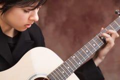 привлекательные этнические игры гитары девушки стоковая фотография