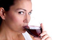 привлекательные sipping детеныши женщины вина стоковое фото rf