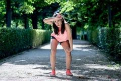 Привлекательный бегун женщины спорт принимая чувствовать пролома утомлял после бежать стоковые изображения