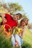 Привлекательный белокурый и молодой человек с рюмками Стоковая Фотография RF
