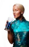 привлекательный белокурый коктеил выпивая ее женщину стоковая фотография