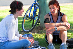 привлекательный беседовать отдыхающ 2 женщины стоковое фото