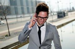 Привлекательный бизнесмен говоря на мобильном телефоне Стоковое Изображение