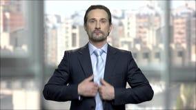 Привлекательный бизнесмен регулируя его связь видеоматериал