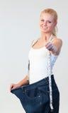 привлекательный большой большой пец руки джинсыов вверх нося женщину Стоковое Изображение RF