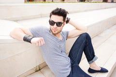 привлекательный вскользь одетьнный человек outdoors представляя Стоковая Фотография