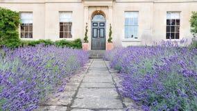 привлекательный дом сада водя путь london к стоковые фотографии rf