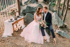 Привлекательный жених и невеста новобрачных пар смеется над и усмехается друг к другу, счастливый и радостный момент Человек и же Стоковые Фотографии RF