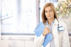 Привлекательный женский доктор стоя в офисе Стоковое фото RF