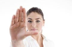 привлекательный жест останавливая детенышей женщины стоковое изображение rf