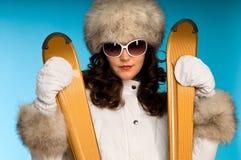 привлекательный золотистый портрет катается на лыжах женщина Стоковые Изображения RF